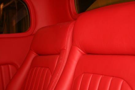 Estofamento em couro vermelho